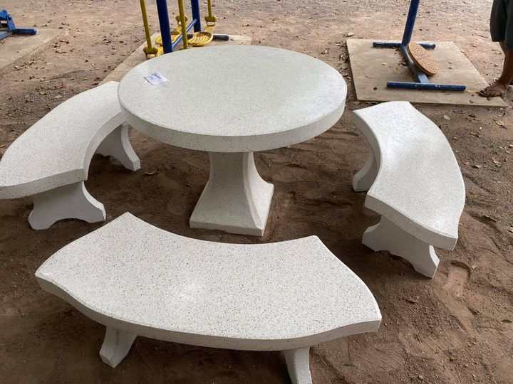 ผู้ใหญ่ใจดีมอบชุดโต๊ะเก้าอี้